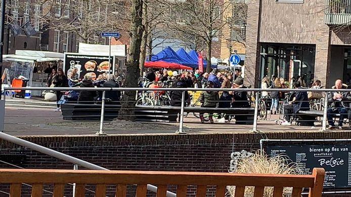 Het terras van café België op de voorgrond mag niet open, een paar meter verder is een enorme drukte bij Van der Poel Almelo.