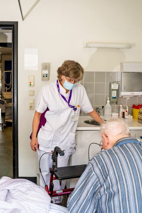 Papendrechtse wethouder springt bij in het ziekenhuis: 'Het is alle hens aan dek'