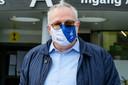 Professor Dirk Devroey tijdens de actie 'Stop het virus' door het personeel van het UZ Jette.