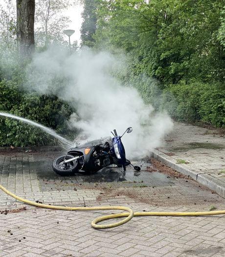 Scooter in Almelo gaat in vlammen op; veel rook