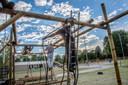 De bouw van de obstakelbaan is in volle gang. Op de achtergrond de zeven beachvolleybalvelden - drie met internationaal wedstrijdformaat - zijn al volop in gebruik. Je kunt er alle strandsporten (behalve beachrugby) beoefenen.
