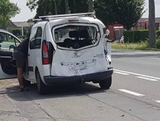 Vrouw achterop motorfiets gewond na zware kop-staartbotsing