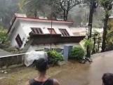 Une maison emportée par une rivière déchaînée en Inde