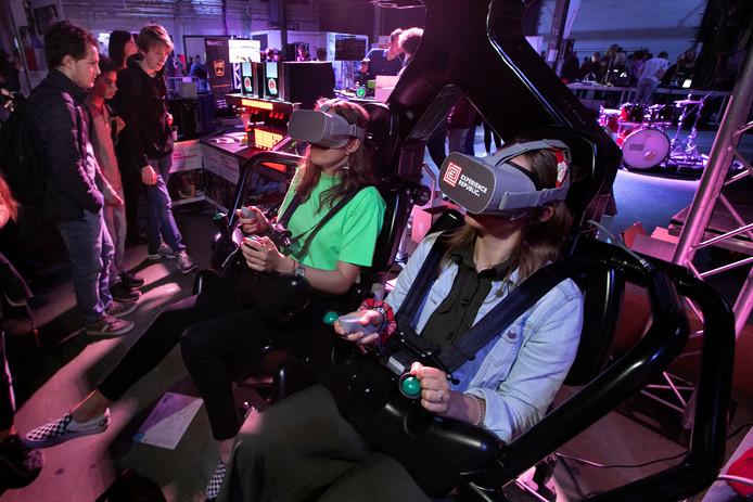 Jongeren konden tijdens de Night of the Nerds een ritje maken in een virtuele achtbaan en ze moesten ondertussen een doelwit raken.