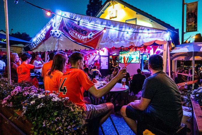 Voetbalsupporters volgen op een scherm het EK voetbal tussen Nederland en Oekraïne in een café in België.