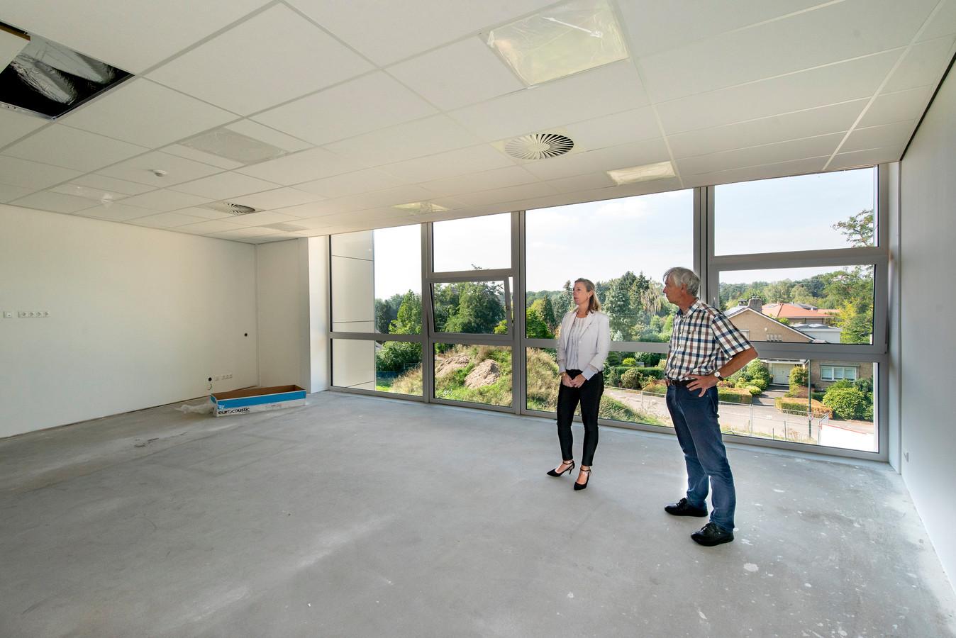 De wethouders Marieke Albricht en Anton Logemann in een van de klaslokalen, met uitzicht over het Rozendaalse glooiende groen.