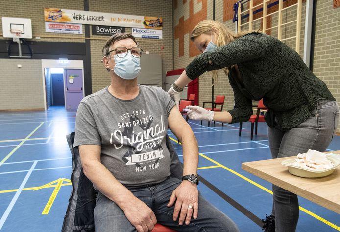 In Neede kreeg Anton Wensink vrijdag al het AstraZeneca-vaccin toegediend. Als gevoklg van de vaccinatiestop moet hij nu nog even wachten voor hij ook de tweede prik krijgt.