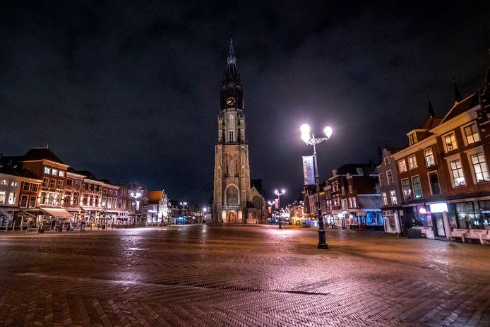 Waar anders drukte heerst, is het centrum van Delft al dagen vrijwel uitgestorven. De avondklok doet er nog een schep bovenop.