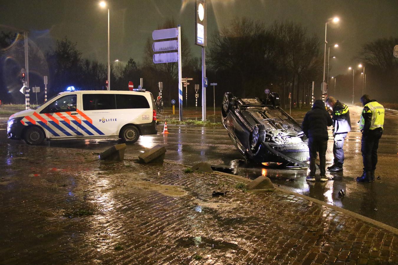 De auto belandde op het kruispunt bij de Hoofdweg in Rotterdam.