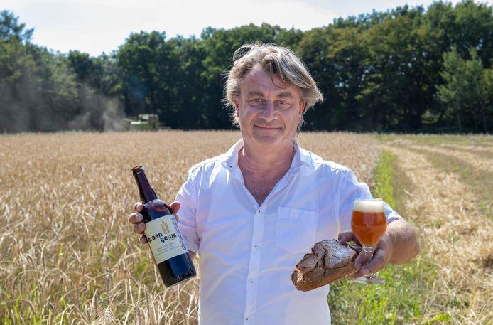 Initiatiefnemer Marcel van Silfhout met bier en brood dat Veluws kruiprogge bevat.