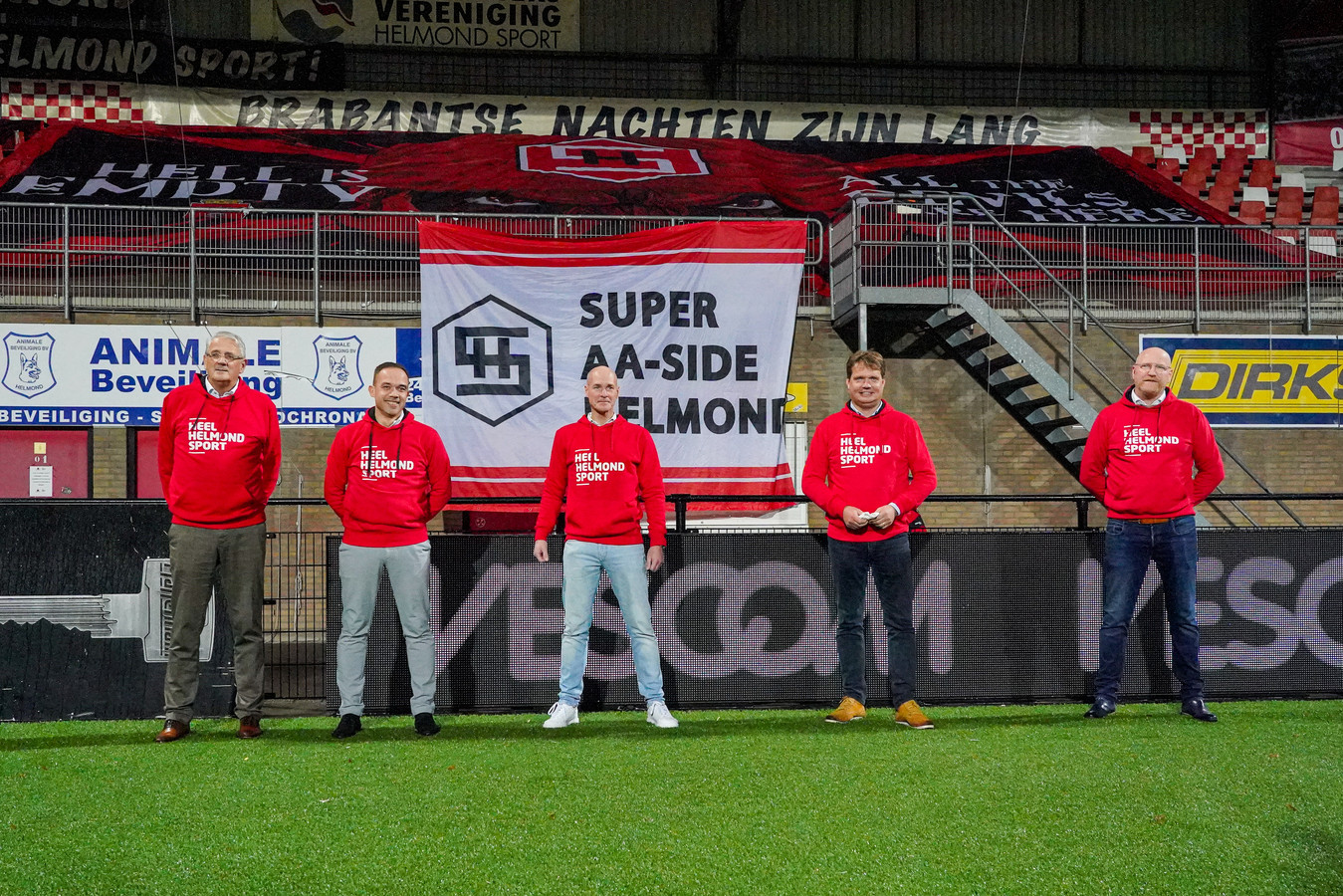 Het huidige bestuur van Helmond Sport, met William Verkoelen (rechts) als nieuwste bestuurslid.