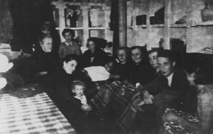 Nijmegenaren brengen in het laatste oorlogsjaar heel wat tijd door in schuilkelders. Dit is het toevluchtsoord bij het Canisius College.
