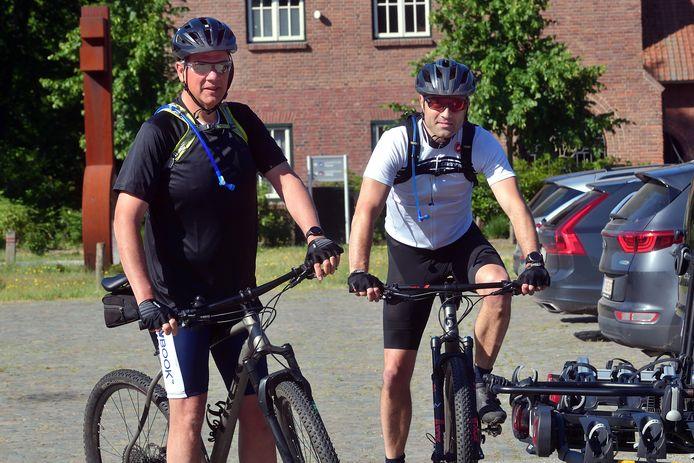 Vrienden Remco Ritsema en Bart Hoogstad staan klaar om hun mountainbiketocht te doen.