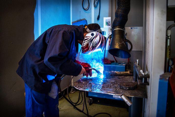 Een leerling is bezig met zijn examen techniek, op het Dr Nassau college in Assen.