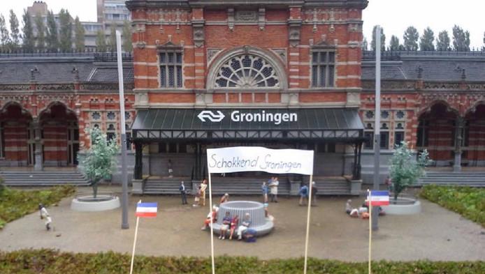 Voor het ministation van Groningen in Madurodam is een spandoekje te zien.