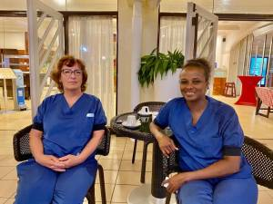 Oude apparatuur en zelf wc-papier meenemen: verpleegkundigen Maaike en Ikram werken op de ic in Suriname