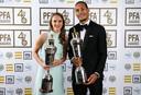 Vivianne Miedema en Virgil van Dijk, de beste voetbalster en voetballer van dit seizoen in Engeland.