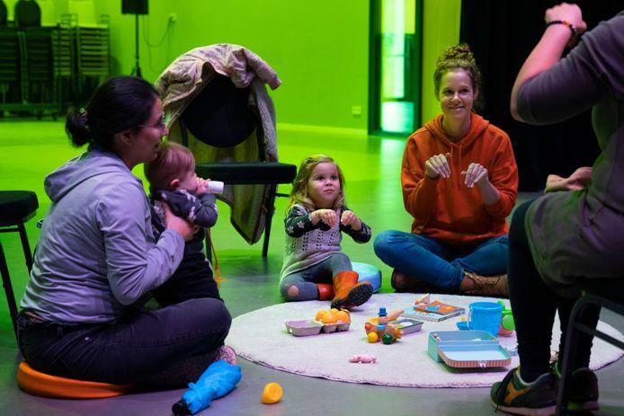 Femke Dassen gaf in Waalre een workshop baby- en kindgebaren.