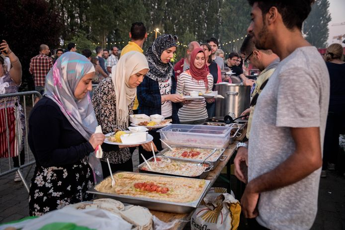 Een traditionele iftar op DOK in 2017, toen het wel nog mocht: heel veel volk geniet samen van het avondmaal.