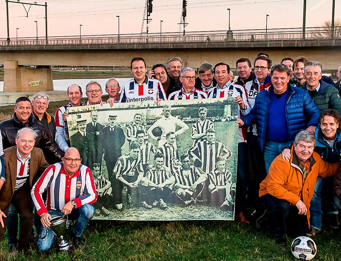 Willem II-supporters herdachten in 2016 op het historisch veld van Go Ahead in Deventer dat hun club daar 100 jaar geleden landskampioen werd. Roger Rossmeisl houdt uiterst rechts, in Willem II-shirt, de elftalfoto vast.