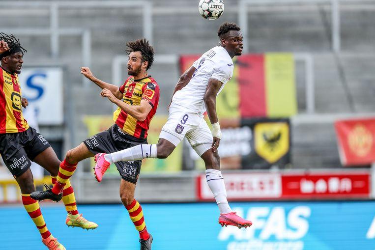 Mechelen-speler Thibaut Peyre gaat het luchtduel aan met Dimata, zondagavond. Beeld BELGA