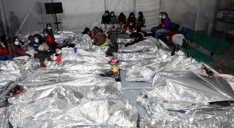 Migranten die de VS wel hebben bereikt worden ondergebracht in een tijdelijk opvangcentrum in Donna, in de Amerikaanse staat Texas.