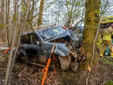 Twee inzittenden van jeep raken zwaargewond bij frontale botsing tegen boom in Goirle