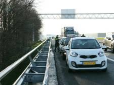 Drie auto's botsen tegen elkaar op A35 bij Almelo