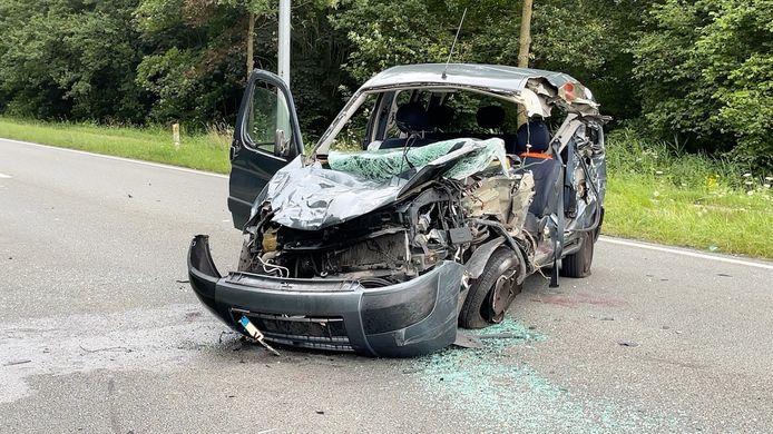 De Citroën raakte heel zwaar beschadigd. Toch raakte de bestuurder zonder levensgevaarlijke verwondingen uit het wrak.