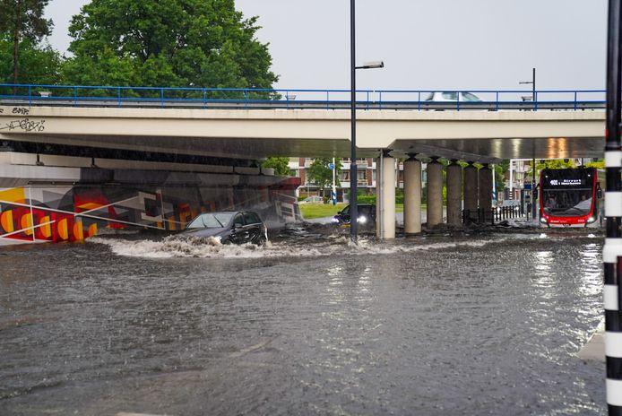 De regen maakt het welhaast onmogelijk om te rijden over de Noord-Brabantlaan.