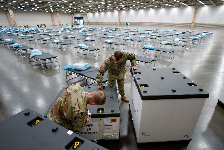 Militairen zijn een noodziekenhuis aan het opbouwen in het zwaar getroffen Texas.  Beeld AP