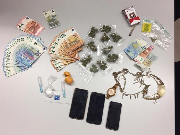 De buit van drugsdealers in Deurne: marihuana, cocaïne, mogelijk gestolen juwelen, verschillende mobiele telefoons en een hoop cash geld.