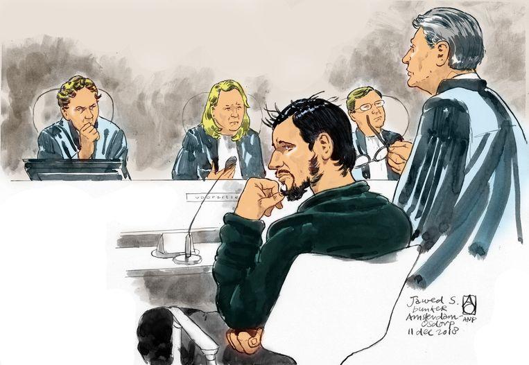 Rechtbanktekening van verdachte Jawed S. (M), zijn advocaat Simon van der Woude (R) en voorzitter mr. Eli Gabel in de rechtszaal in De Bunker. Beeld ANP