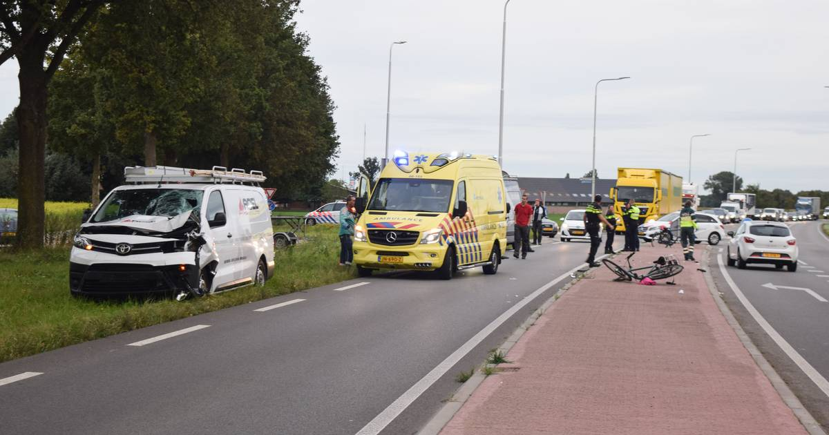 Jongen raakt ernstig gewond door botsing met bedrijfsbus in Terborg.