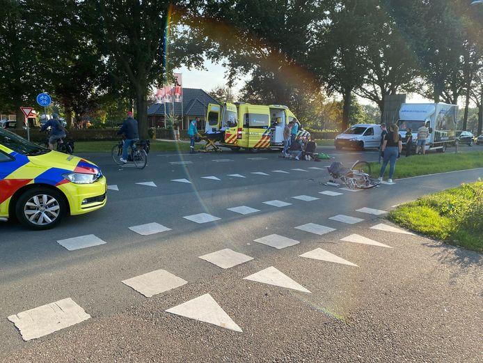 De Nijkerkerstraat in Putten zag er na het ongeval zo uit: ambulancepersoneel behandelt de gewonde fietser.
