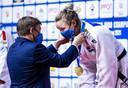 Sanne van Dijke met haar gouden medaille op de EK.
