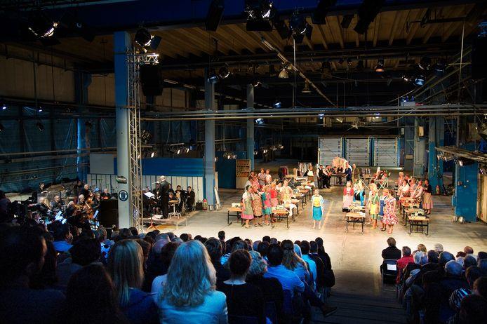 Muziektheater Elstars op archiefbeeld bij een optreden in de oude fabriek van Maasglas.