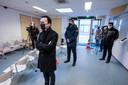 Burgemeester Van Riswijk (vooraan) donderdag bij de opening van de nieuwe coronatestlocatie in Zevenaar.