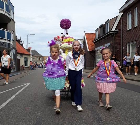 Yfke met haar nichtjes Sylke (7) en Nele (9) en hun taartenwagen.