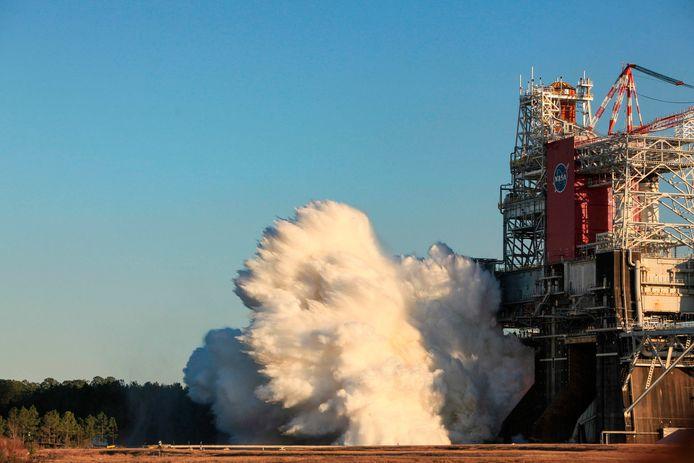 Beeld van de test met de krachtige SLS-raket in Mississippi.
