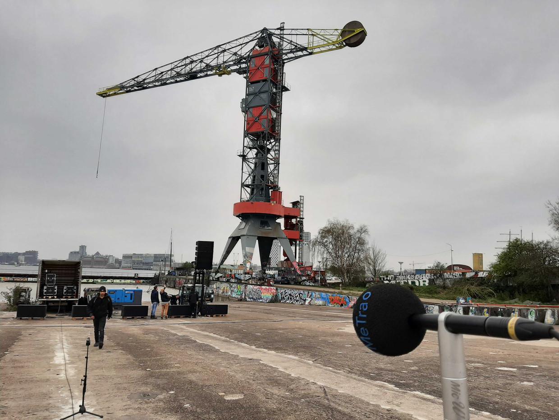 Grote speakers op het NDSM-terrein. Beeld Marc Kruyswijk