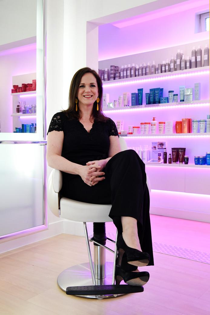 Bij kapper Hairdesign Astrid in Breda laat schrijfster Nathalie Pagie in haar feestjurk zich kappen voor het boekenbal. 'Succesvol schrijver word je niet zomaar, dat is heel heel hard werken'