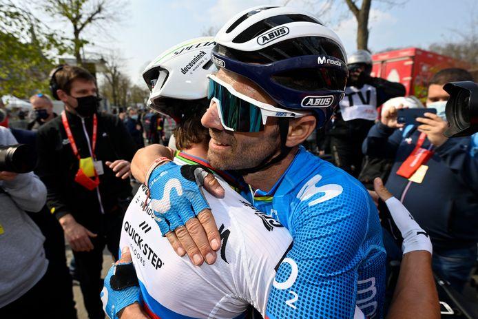 Alejandro Valverde omhelst Julian Alaphilippe.