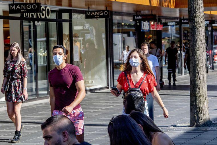 Vanaf 5 augustus is het dragen van een mondkapje verplicht op sommige drukke plekken in Rotterdam. De maatregel is bedoeld om de stijging van het aantal besmettingen in de regio terug te dringen. Beeld ANP