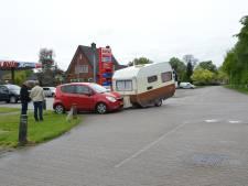 Auto botst tegen losgeraakte caravan in Vorden