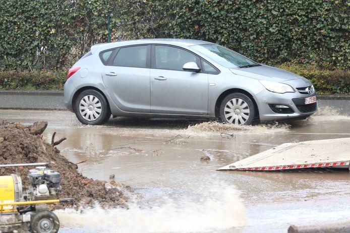 Gigantisch waterlek aan Sportkot: deel Tervuursevest afgesloten wegens wateroverlast. Het verkeer verloopt over één rijstrook.