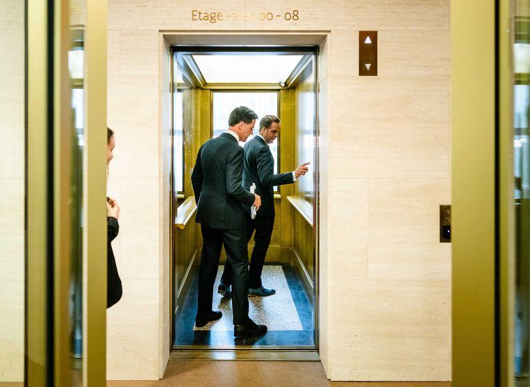Premier Mark Rutte en Minister Hugo de Jonge van Volksgezondheid, Welzijn en Sport (CDA) op weg naar een van hun eerdere persconferenties.  Beeld ANP - Bart Maat