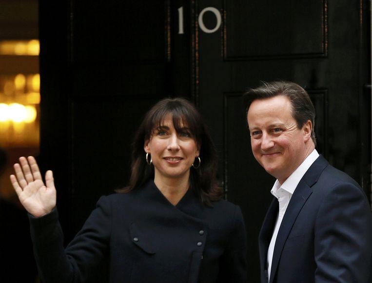 Cameron en zijn vrouw bij Downing Street na de verkiezingen. Beeld reuters