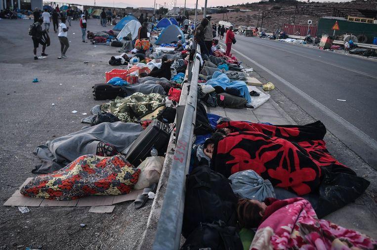 Vluchtelingen bivakkeren langs de weg op Lesbos nadat kamp Moria is afgebrand. Beeld ANP