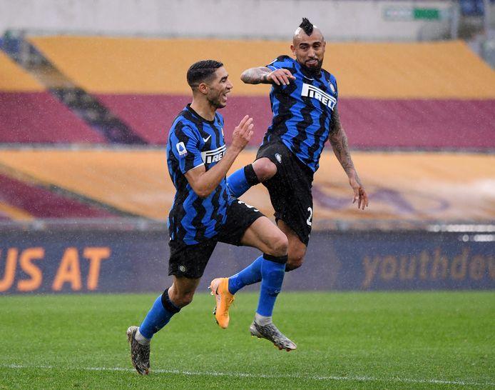 Achraf Hakimi (links) viert zijn prachtige doelpunt met ploeggenoot Arturo Vidal.